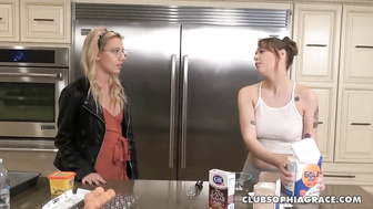 Sophia Grace und Sailor Luna Kitchen Fuck